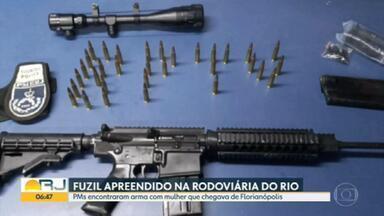 Polícia apreende fuzil com passageira na rodoviária do Rio - Mulher havia acabado de chegar de Florianópolis; ela foi presa e disse que receberia mil reais para trazer o fuzil para o Rio