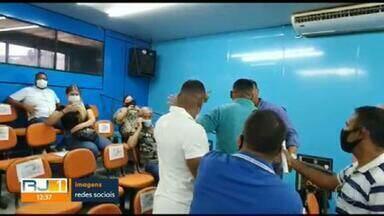 Confusão em sessão na Câmara de Vereadores de Belford Roxo vira caso de polícia - O vereador Danielzinho, que faz oposição ao prefeito Waguinho, registrou uma ocorrência contra o sargento da PM Fábio Sperendio, que, segundo o vereador, é segurança do prefeito. Danielzinho diz que, logo após ter feito um discurso falando sobre os problemas da fila da vacinação, Fábio agrediu verbalmente.
