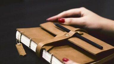 Aprenda a fazer cadernos costurados para vender - Os cadernos com costura estão em alta e podem ser feitos em casa e vendidos.