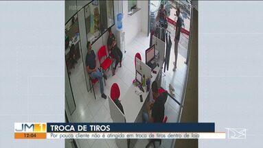 Suspeito de roubo bate com a moto em poste durante uma perseguição policial em São Luís - Por pouco cliente não é atingida em troca de tiros dentro de loja.