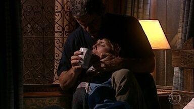 Pedro cuida de Íris, que está muito fragilizada - Socorro pergunta se Pedro também viu os pais de Íris ele desconversa