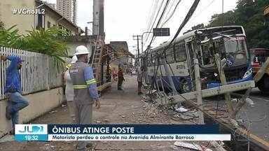 Ônibus colide com poste e deixa parte do bairro do Marco sem energia, em Belém - Ônibus colide com poste e deixa parte do bairro do Marco sem energia, em Belém