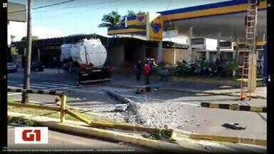 Caminhão-tanque perde freio, atravessa avenida e invade posto de combustíveis em Marília - Ninguém se machucou no acidente.