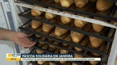 Paróquia de Jandira distribui ovos de páscoa - Trabalho costuma doar pães franceses.