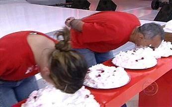 De cara no bolo - Participantes da platéia se lambuzam com a brincadeira.