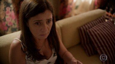 Thelma tenta despistar Danilo - O rapaz fica desconfiado da mãe ao saber da doação de 20 mil reais que Thelma fez a uma pessoa supostamente desconhecida