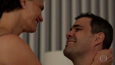 Magno e Lígia comemoram notícia de gravidez da barriga solidária - Os dois pensam no filho que terão e que vai ajudar Brenda a se curar