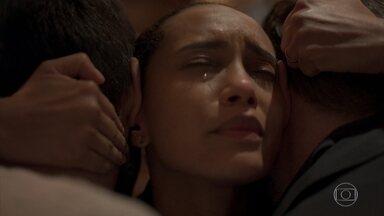 Vitória volta para casa e é amparada por Raul e Sandro - Raul e Sandro se desesperam ao não conseguir falar com Vitória. Míriam resgata a advogada