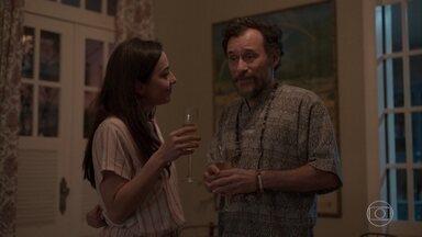 Durval conta para Natália e Carol que conseguiu um emprego - Ele desconversa quando elas peguntam sobre o novo local de trabalho dele