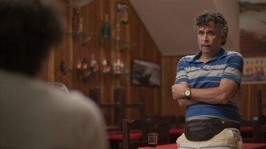 Nuno afirma para Danilo que Thelma perdeu o marido e o filho em um incêndio - Ele explica que a vizinha não conseguiria adotar uma criança em tão pouco tempo