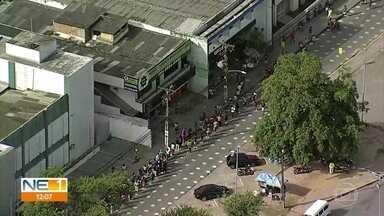Beneficiários do novo auxílio emergencial enfrentam filas por mais um dia no Grande Recife - Pagamento começou para as pessoas que nasceram em janeiro.