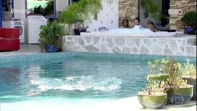 Brothers conversam sobre jogo e se divertem na piscina da casa do BBB21 - Brothers conversam sobre jogo e se divertem na piscina da casa do BBB21