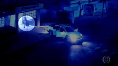Criminosos explodem agência bancária em Jacuí, no sul de MG - Imagens mostram o momento em que um homem invade o banco, que ficou completamente destruído. Segundo a Polícia Militar, pelo menos 30 bandidos participaram da ação. Houve troca de tiros e eles conseguiram fugir. Ainda não se sabe se os ladrões conseguiram levar o dinheiro.