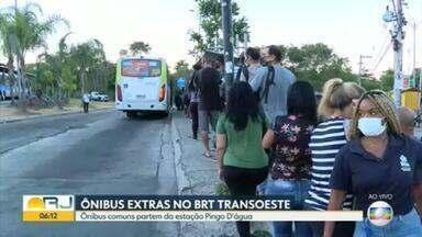 Prefeitura coloca ônibus extras na estação Pingo D'Água, do BRT Transoeste - Vinte ônibus comuns vão fazer trajeto expresso até o Terminal Alvorada, nos horários de pico.