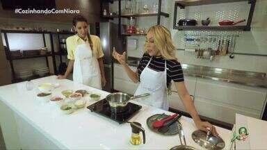 Taty Girl no quadro Cozinhando com Niara - Cantora ensina a preparar um delicioso cuscuz com carne do sol