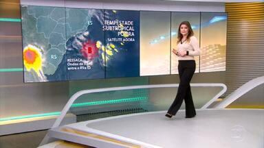 Tempestade Potira provoca ondas acima do esperado no RJ - Temporais entre Norte e Nordeste mantém o risco de inundação, transbordamento de rios e deslizamento de terra.
