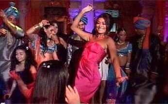 Juliana Paes arrasa na pista de dança - Atriz domina a festa de lançamento de Caminho das Índias e conta que casamentos arranjados são comuns na Índia.