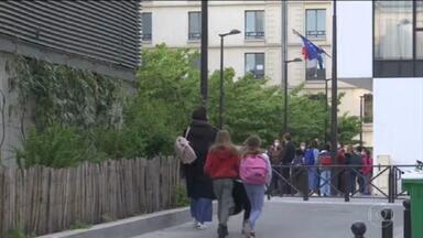 França reabre escolas e UE apresenta proposta de passaporte da vacina - Proposta de passaporte libera entrada de passageiros nos 27 países do bloco, desde que tenham sido vacinados com um dos imunizantes aprovados pela União Europeia.