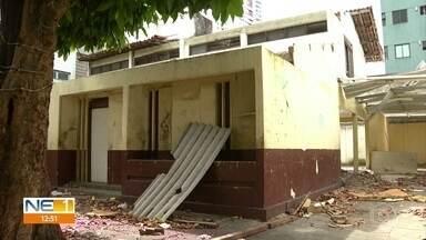 Moradores do bairro da Madalena, no Recife, reclamam de casa abandonada - De acordo com eles, local virou ponto de tráfico de drogas e roubos na região