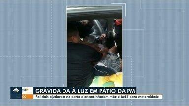 Mulher dá à luz dentro de carro com ajuda de policiais - Mãe e bebê foram levados à maternidade após o parto.