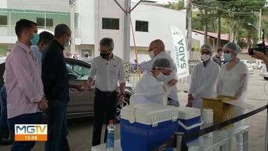 Romeu Zema acompanha vacinação drive-thru em Caratinga - Saiba mais sobre a vista do governador do estado.