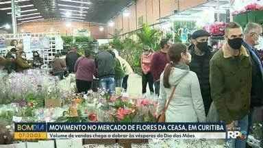 Venda de flores na véspera do Dia das Mães movimenta a Ceasa de Curitiba - Volume de vendas chega a dobrar por conta da data, segundo os comerciantes.