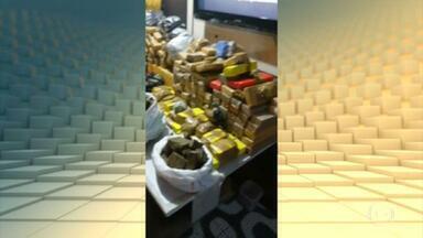 Polícia Militar apreende uma tonelada de maconha em Salvador - Os policiais militares receberam a denúncia de que um laboratório de drogas funcionava em um imóvel de Salvador. Na casa, além da grande quantidade de maconha, a PM também encontrou 50 kg de cocaína, 8 kg de pasta-base de cocaína e uma balança.