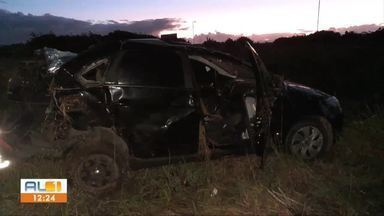 Motorista morre após perder controle de carro e capotar na AL-101 Sul - Ele seguia para Marechal Deodoro, quando perdeu o controle do carro ao passar por uma curva.