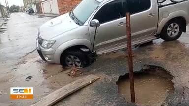 Veículo cai em buraco em Nossa Senhora do Socorro - Veículo cai em buraco em Nossa Senhora do Socorro.