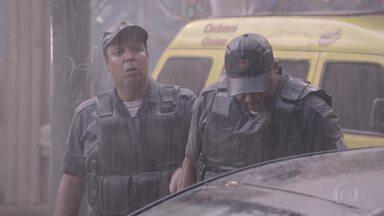 Dois policias abordam Rico e dizem que seu carro é roubado - Guta, Joaquina e BB tentam convencer os policiais que é um engano