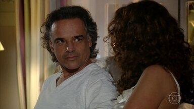 Dora admira a determinação de Sofia - Marcos e Dora conversam sobre as filhas
