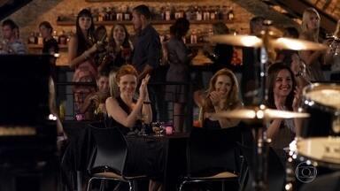 Nanda leva Celina para sair - Celina diz que não combina mais com a vida social noturna