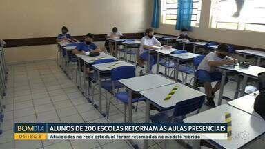 Estudantes de 200 escolas estaduais voltaram às salas de aula - A decisão de mandar os filhos para o colégio foi dos pais.