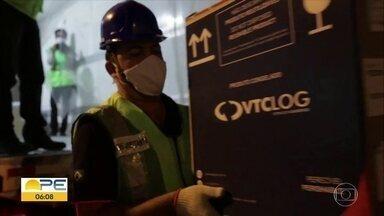 Chegam ao Recife novas doses da Pfizer - Pelo menos 48 mil doses desembarcaram na noite de ontem, no Aeroporto dos Guararapes. As vacinas serão distribuídas para as cidades do Recife, Olinda e Jaboatão dos Guararapes