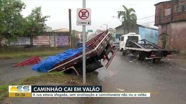 Policial conta como resgatou motorista de caminhão que cai em valão de Vila Velha, ES - Assista a seguir.