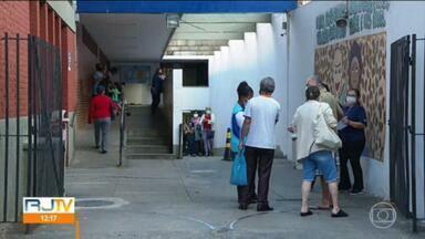 Vacinação em grávidas é suspensa no RJ - Na capital, suspensão abrange também as puérperas. Na noite de segunda-feira, Anvisa emitiu uma nota recomendando a suspensão imediata da aplicação da vacina AstraZeneca em grávidas.
