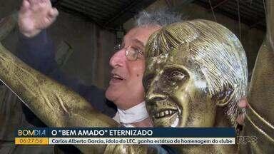 Carlos Alberto Garcia, ídolo do LEC, ganha estátua de homenagem do clube - Um dos ídolos do tubarão foi conhecer a estátua e o artista que fez a obra de arte