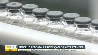 Fiocruz retoma produção da vacina Oxford/AstraZeneca - A fabricação tinha sido interrompida por falta do ingrediente farmacêutico ativo - ifa. Uma nova remessa da matéria prima da China chegou no sábado, o suficiente pra produção de 12 milhões de doses.