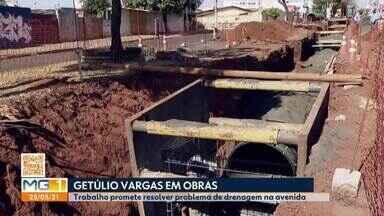 Captação de drenagem pluvial na Av. Getúlio Vargas em Ubelrândia é ampliada - Obras prometem resolver problema que envolve água da chuva. É preciso ter cuidado ao transitar no local pelos próximos cinco meses. Segundo a Prefeitura, situação envolvendo enxurradas poderão ser resolvidas.