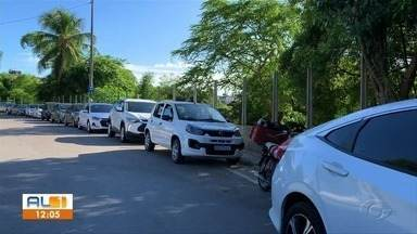 Para reduzir filas na vacinação contra Covid, Maceió inicia agendamento online - Longas filas e aglomeração se formaram nos locais; para resolver situação, a prefeitura abriu novos pontos de vacinação.