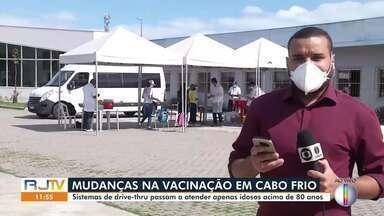 Vacinação em drive-thru passa a atender apenas idoso acima de 80 anos em Cabo Frio - Dois polos nesse sistema foram montados e atendem pessoas entre 80 e 89 anos.
