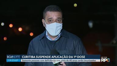Curitiba suspende aplicação da 1ª dose para quase todos os grupos - Somente pessoas com deficiência com mais de 40 anos serão imunizadas.
