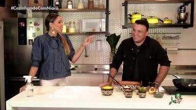 Junior Vianna no quadro Cozinhando com Niara - Cantor mostra como preparar uma farofada e bate-papo sobre vida e carreira