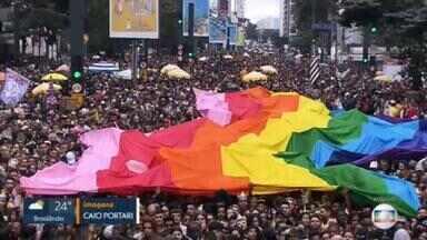"""Parada do Orgulho LGBT completa 25 anos em São Paulo com evento virtual - Programação começa às 14h do domingo (6) e será repleta de shows e informação sobre o tema """"HIV/Aids: Ame+ Cuide+ Viva+""""."""