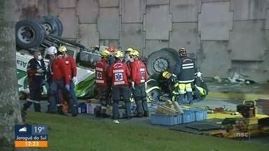 Motorista que caiu com caminhão em viaduto na BR-101, em Joinville, é sepultado - Motorista que caiu com caminhão em viaduto na BR-101, em Joinville, é sepultado