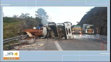 Quatro pessoas morrem em acidente na BR-101, em Balneário Camboriú - Quatro pessoas morrem em acidente na BR-101, em Balneário Camboriú