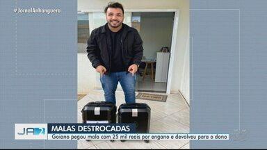 Fotógrafo que pegou mala com R$ 30 mil por engano em avião destroca bagagens - As duas malas eram idênticas e foram colocadas lado a lado na aeronave. Agora, Pedro Augusto diz que vai personalizar bagagem para evitar novas confusões.