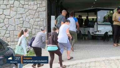 Corpo de Ana Caroline Felício, morta a facadas pelo namorado, é enterrado nesta quarta-feira (9) - Marcus Vinícius Lemos Batista, suspeito de esfaquear a jovem, a filha e também os pais de Ana Caroline, é procurado pela polícia