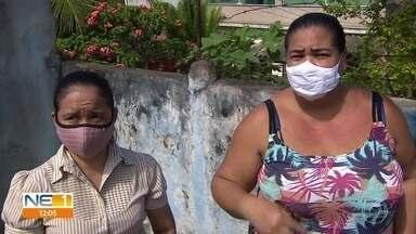 Moradores de Camaragibe contam que, em uma rua, todo mundo já pegou dengue e chikungunya - População do bairro reclama da quantidade de lixo acumulado nas rua do bairro Santa Mônica. Prefeitura prometeu fazer multirão de limpeza no local.