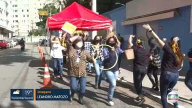 Escola organiza festa junina solidária na zona sul da capital - Pais puderam levar alimentos e alunos conseguiram rever os professores.